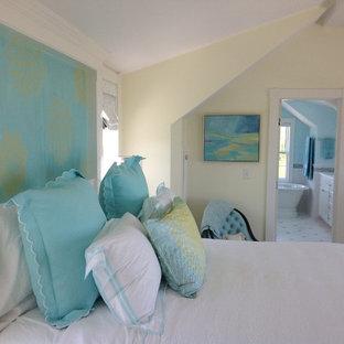 Imagen de dormitorio principal, marinero, grande, sin chimenea, con paredes amarillas