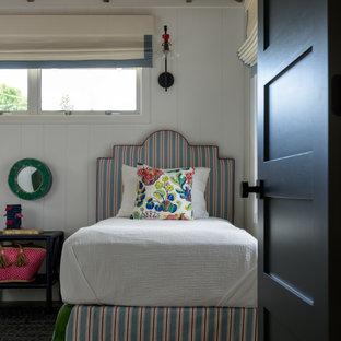 Exemple d'une chambre d'amis bord de mer de taille moyenne avec un mur blanc, un sol en carrelage de porcelaine, un sol gris, un plafond en poutres apparentes et du lambris.