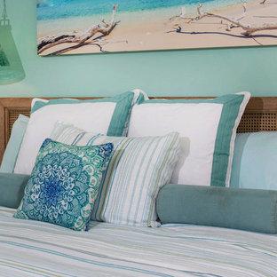 На фото: хозяйская спальня среднего размера в морском стиле с синими стенами, ковровым покрытием и бежевым полом