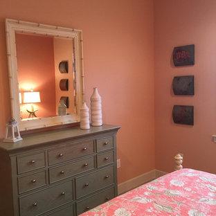Cette image montre une chambre d'amis marine de taille moyenne avec un mur rose, un sol en carrelage de porcelaine et aucune cheminée.