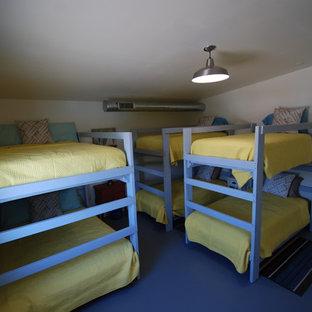 Foto de dormitorio tipo loft, marinero, de tamaño medio, con paredes blancas y suelo de cemento