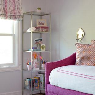 Diseño de habitación de invitados tradicional renovada, de tamaño medio, con paredes grises, suelo de madera oscura y suelo marrón