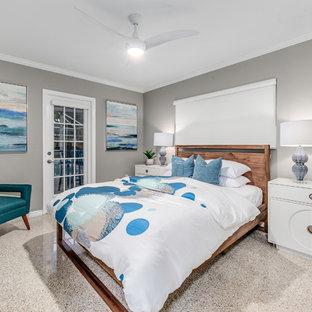 Idées déco pour une chambre bord de mer avec un mur gris et un sol beige.