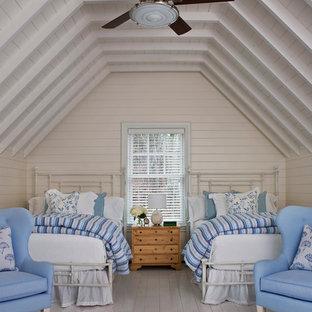 Immagine di una grande camera degli ospiti stile marino con pareti beige e parquet chiaro