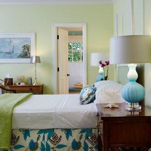 Mittelgroßes Maritimes Gästezimmer ohne Kamin mit grüner Wandfarbe, Keramikboden und braunem Boden in Miami