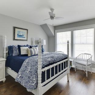 Новый формат декора квартиры: гостевая спальня в морском стиле с серыми стенами, темным паркетным полом и коричневым полом без камина