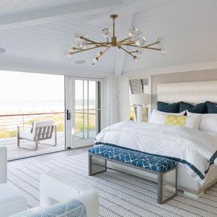 他の地域のビーチスタイルのおしゃれな寝室 (無垢フローリング、茶色い床、塗装板張りの天井、三角天井) のレイアウト