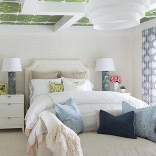 Maritimes Schlafzimmer mit beiger Wandfarbe, Teppichboden, beigem Boden, freigelegten Dachbalken und Tapetendecke in Sonstige