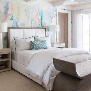 Maritim inredning av ett sovrum, med flerfärgade väggar