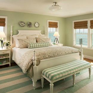 Esempio di una camera da letto stile marino con pareti verdi