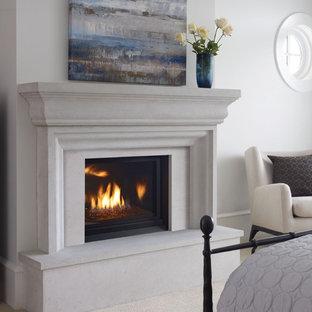 バンクーバーの小さいビーチスタイルのおしゃれな寝室 (白い壁、カーペット敷き、標準型暖炉、コンクリートの暖炉まわり)