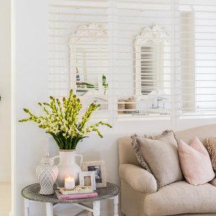 Стильный дизайн: спальня в морском стиле с белыми стенами - последний тренд