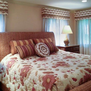 Ejemplo de dormitorio principal, exótico, de tamaño medio, con paredes rosas y moqueta