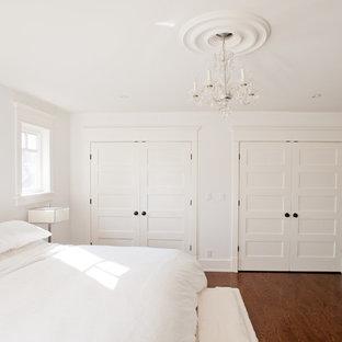Modelo de habitación de invitados marinera, de tamaño medio, sin chimenea, con paredes blancas, suelo de madera oscura y suelo marrón