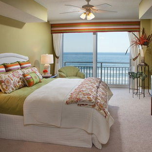 Diseño de habitación de invitados tropical, de tamaño medio, sin chimenea, con paredes verdes, suelo de ladrillo y suelo beige