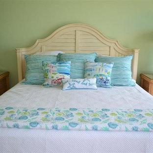 Modelo de dormitorio principal, marinero, de tamaño medio, con paredes verdes y suelo de travertino