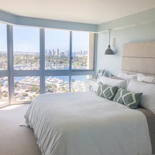 サンディエゴの広いモダンスタイルのおしゃれな主寝室 (青い壁、カーペット敷き、暖炉なし、ベージュの床) のレイアウト