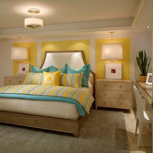 Imagen de dormitorio marinero, sin chimenea, con paredes amarillas y moqueta