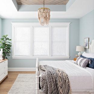 Immagine di una camera matrimoniale stile marinaro di medie dimensioni con pareti blu, pavimento in legno massello medio, pavimento beige e soffitto in legno