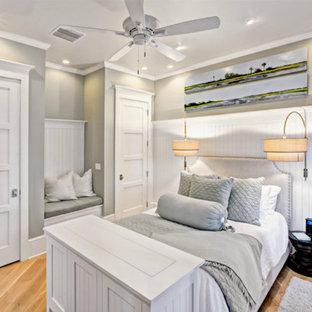 フィラデルフィアの小さいビーチスタイルのおしゃれな客用寝室 (グレーの壁、淡色無垢フローリング、暖炉なし) のインテリア
