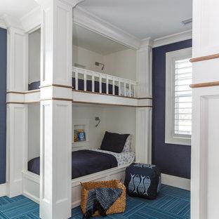 Идея дизайна: гостевая спальня в морском стиле с синими стенами, ковровым покрытием и бирюзовым полом