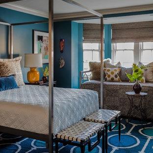 Modelo de habitación de invitados bohemia, grande, con paredes azules, suelo de madera oscura, chimenea tradicional y marco de chimenea de madera