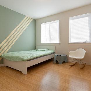 Foto de dormitorio moderno, de tamaño medio, con paredes verdes, suelo de bambú y suelo marrón