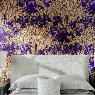 Diseño de habitación de invitados tradicional renovada, de tamaño medio, sin chimenea, con paredes púrpuras y suelo de madera oscura