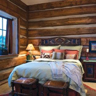 Diseño de dormitorio rural, de tamaño medio, con moqueta y suelo blanco