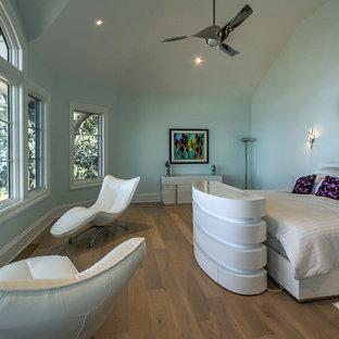 Foto de dormitorio principal, tradicional renovado, de tamaño medio, sin chimenea, con paredes verdes, suelo de madera en tonos medios y marco de chimenea de baldosas y/o azulejos