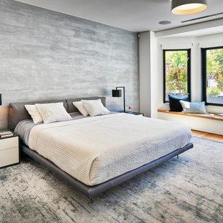 Großes Modernes Hauptschlafzimmer mit grauer Wandfarbe, braunem Holzboden, braunem Boden und Tapetenwänden in San Francisco