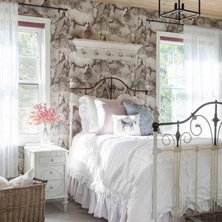 Пример оригинального дизайна: спальня среднего размера в стиле кантри с ковровым покрытием, фасадом камина из дерева, разноцветными стенами и серым полом