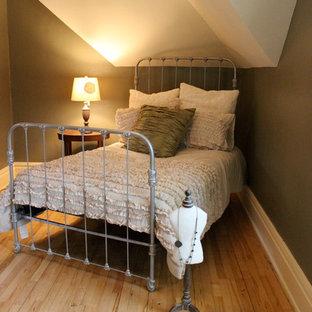 Idéer för att renovera ett mellanstort shabby chic-inspirerat gästrum, med gröna väggar och ljust trägolv