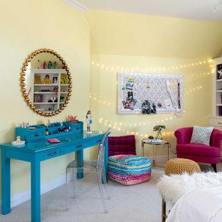 ダラスの中くらいのおしゃれな客用寝室 (黄色い壁、カーペット敷き、暖炉なし、ベージュの床)