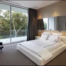 Modern Bedroom by LEEN MJ