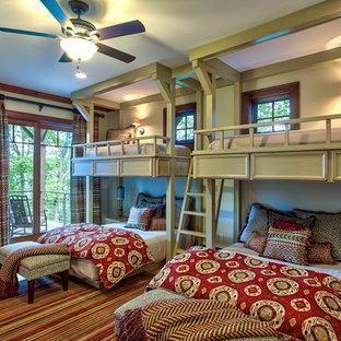 Exemple d'une chambre chic avec un mur vert et un sol en bois brun.