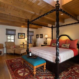 Idee per una camera matrimoniale stile americano con pareti bianche, pavimento in legno massello medio e camino ad angolo