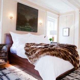 Diseño de dormitorio principal, moderno, grande, con paredes beige, suelo de madera en tonos medios, chimenea tradicional, marco de chimenea de hormigón y suelo marrón