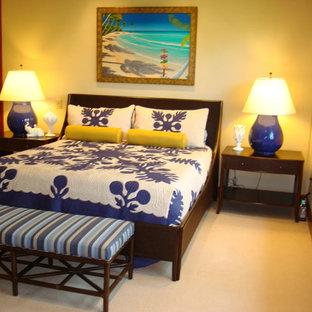 Exemple d'une grand chambre exotique avec un mur beige, aucune cheminée et un sol beige.
