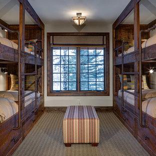 Идея дизайна: большая гостевая спальня в стиле современная классика с белыми стенами, ковровым покрытием и серым полом без камина