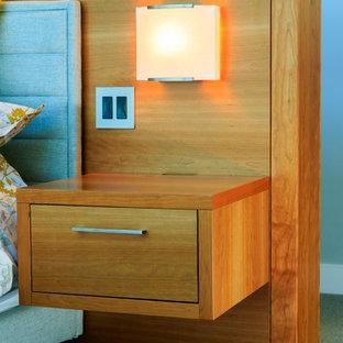 Свежая идея для дизайна: хозяйская спальня среднего размера в стиле ретро с серыми стенами и ковровым покрытием - отличное фото интерьера