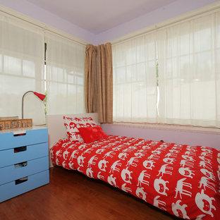 Стильный дизайн: спальня среднего размера в современном стиле с фиолетовыми стенами, полом из бамбука и коричневым полом - последний тренд