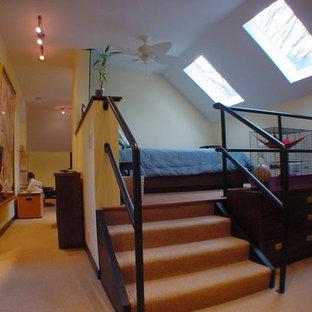 Modelo de dormitorio tipo loft, industrial, pequeño, con paredes amarillas y moqueta