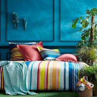 Exempel på ett mellanstort exotiskt gästrum, med blå väggar, heltäckningsmatta och grönt golv