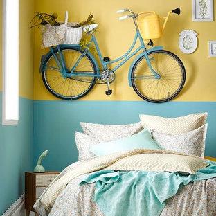 Immagine di una camera degli ospiti stile shabby di medie dimensioni con pareti blu, moquette, nessun camino e pavimento bianco