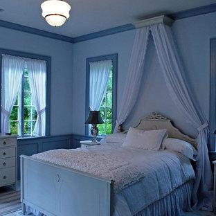 Imagen de dormitorio tradicional con paredes azules y suelo de madera pintada