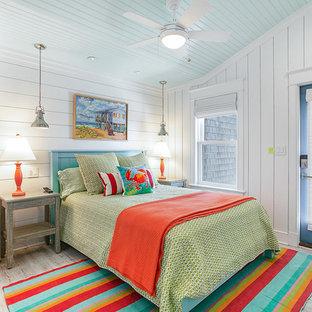 Свежая идея для дизайна: гостевая спальня в морском стиле с белыми стенами и полом из винила - отличное фото интерьера