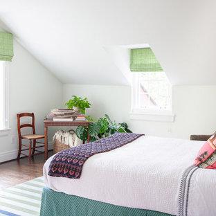 Inspiration för ett vintage gästrum, med vita väggar och mörkt trägolv