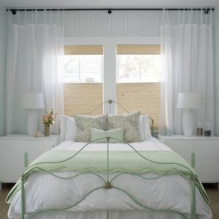 アトランタの広いシャビーシック調のおしゃれな客用寝室 (白い壁、カーペット敷き、茶色い床) のレイアウト