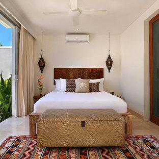 Неиссякаемый источник вдохновения для домашнего уюта: хозяйская спальня среднего размера в морском стиле с белыми стенами и мраморным полом без камина